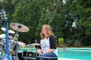 Pool Position Laura am Schlagzeug